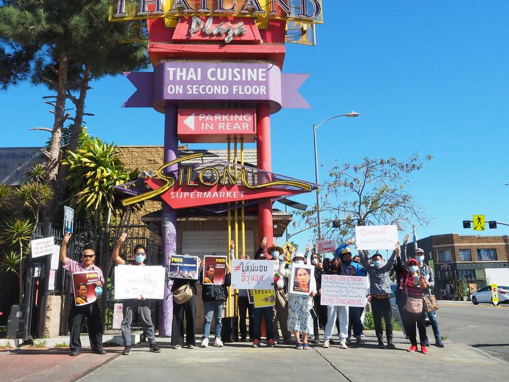ภาพชาวไทยและพม่าในแอลเอ สหรัฐฯแสดงพลังต่อต้านการรัฐประหารพม่า และการละเมิดสิทธิมนุษยชนและเสรีภาพในการแสดงออกทั้งในไทยและพม่า รวมถึงเรียกร้องการฟื้นฟูประชาธิปไตยในทั้งสองประเทศ
