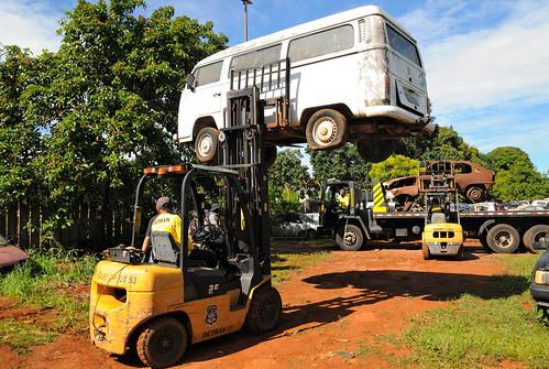 Mutirão inicia a retirada de carros do Burle Marx