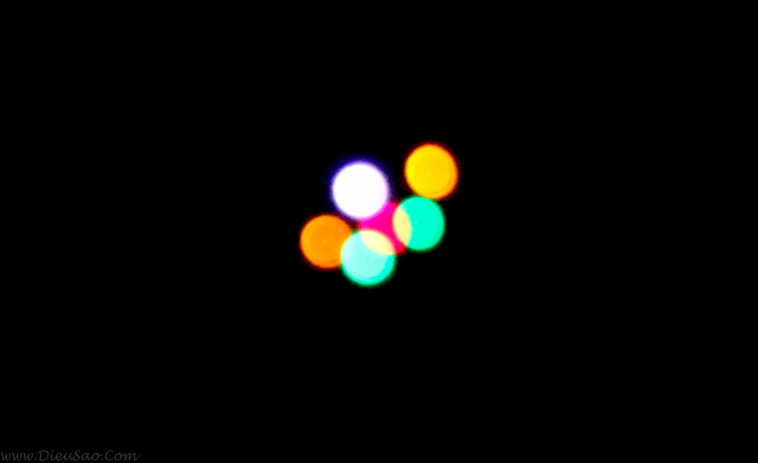 Ảnh đèn led lắp trên diều sáo thả trời tối