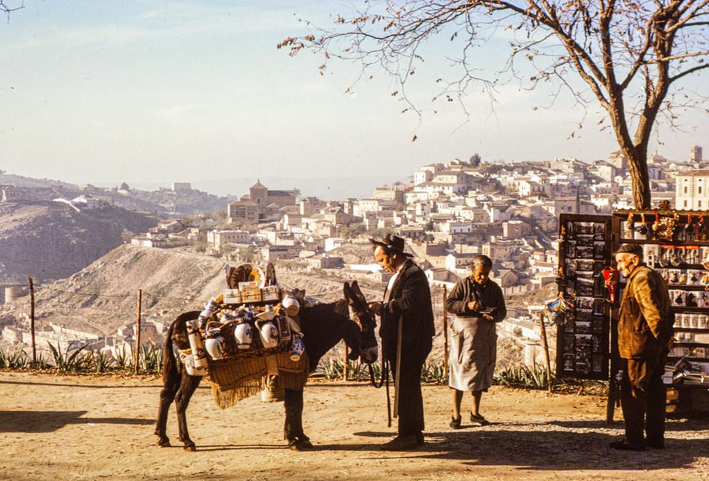 El señor Cardeña con su burro para vender cerámica  el 12 de diciembre de 1962. Fotografía de Helen Groger-Wurm © The Australian National University, Canberra, signatura ANUA260-392-114