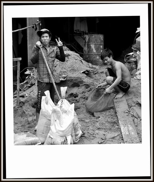 Les macons aux pieds nus a Vientiane
