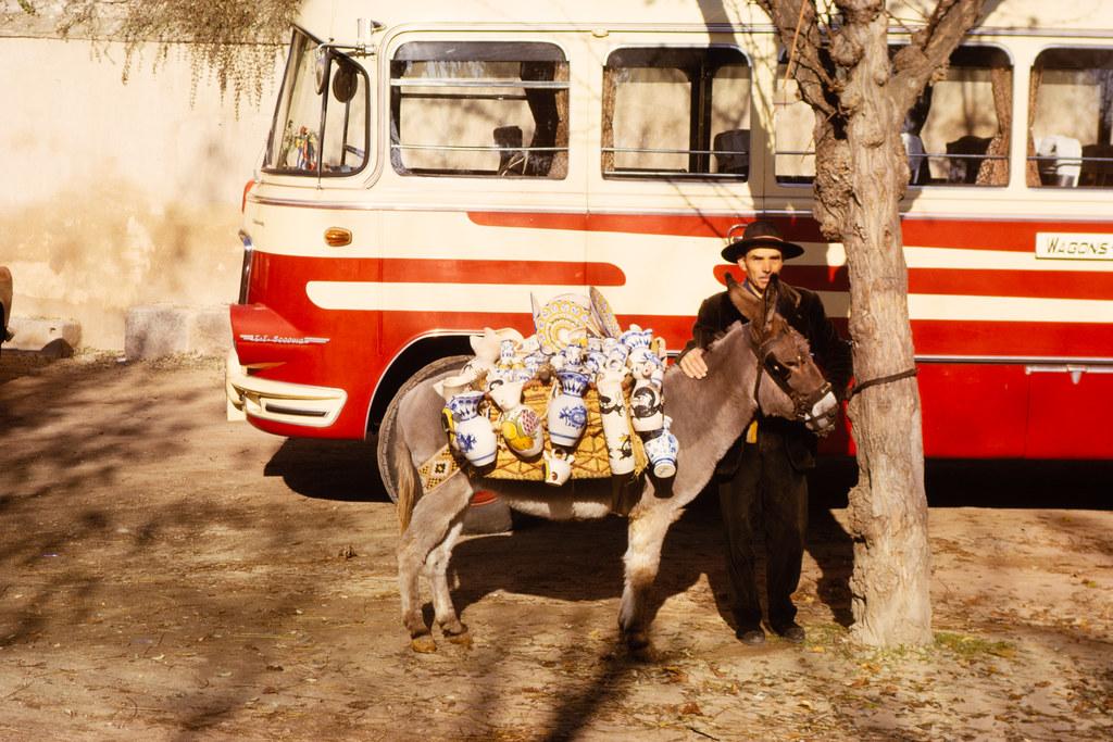 Vendedor de cerámica en el Tránsito el 12 de diciembre de 1962. Fotografía de Helen Groger-Wurm © The Australian National University, Canberra, signatura ANUA260-392-101