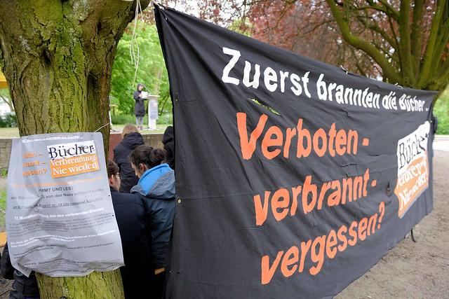 7353 Veranstaltung am Mahnmal Bücherverbrennung in Hamburg Eimsbüttel 2017.