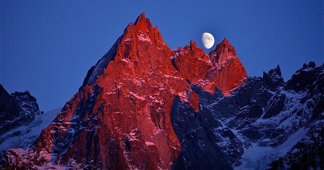 levé de lune au coucher du soleil sur les aiguilles de chamonix