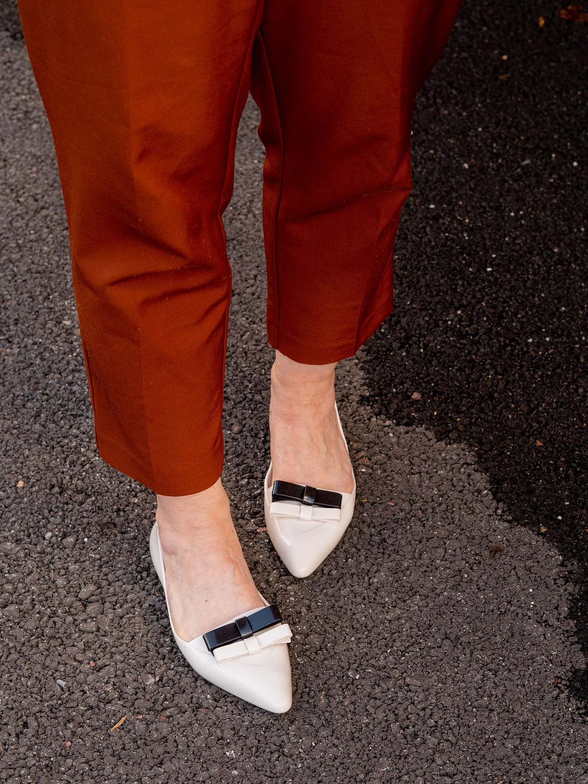 Styling a Vintage 70s Shirt With Vintage Jewellery: Catherine Summers is wearing an orange, green and brown patterned vintage 70s shirt with gold jewellery, brown paperbag trousers, pointed flats & oversized sunglasses   Not Dressed As Lamb, Over 40 Style