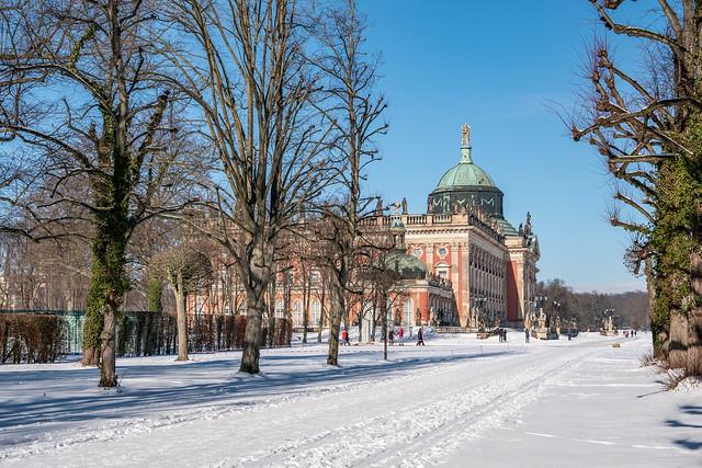 Potsdam, Park Sanssouci: Blick aus der verschneiten Lindenavenue zum Neuen Palais - Looking from the snow-covered Lime Avenue to the New Palace (Neues Palais)