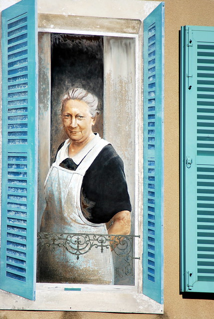 Meursault (21) :  trompe-l'oeil de la grand-mère sur le mur de l'hôtel Le Chevreuil
