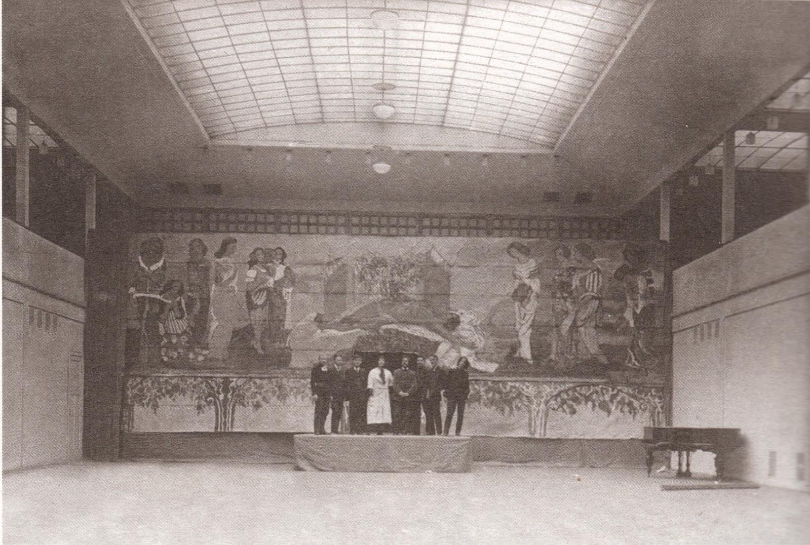 Интерьер картинной галереи Училища живописи, ваяния и зодчества с фонарями верхнего света. 1913