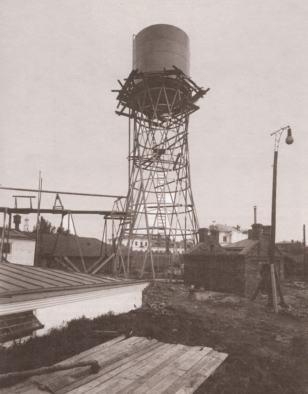 Строительство водонапорной башни на территории винно-дрожжевого завода Б.А. Гивартовского на Дербеневской набережной. 1910