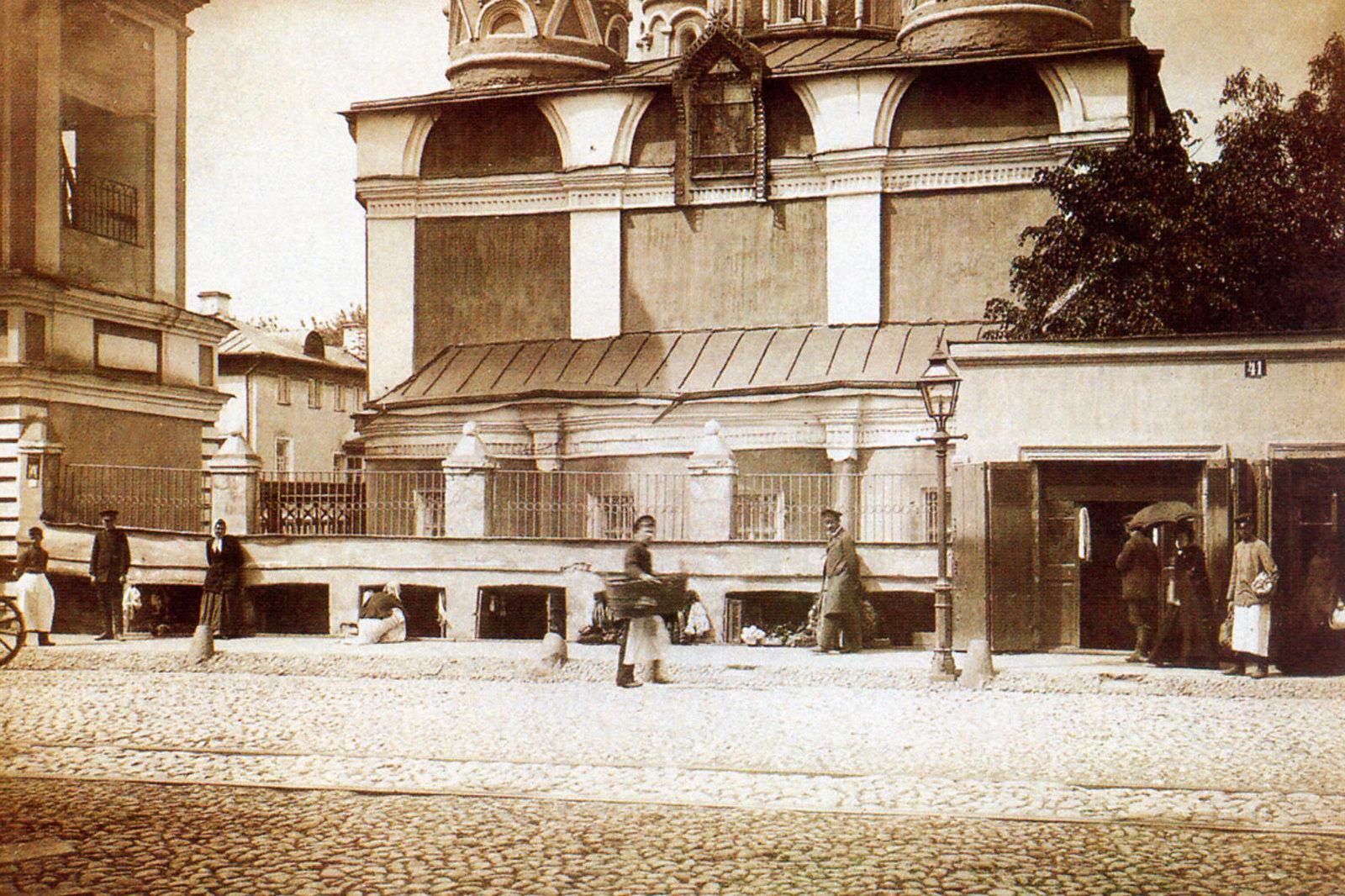 Сретенка. Бакалейно-мелочные ряды у церкви Троицы в Листах. 1897