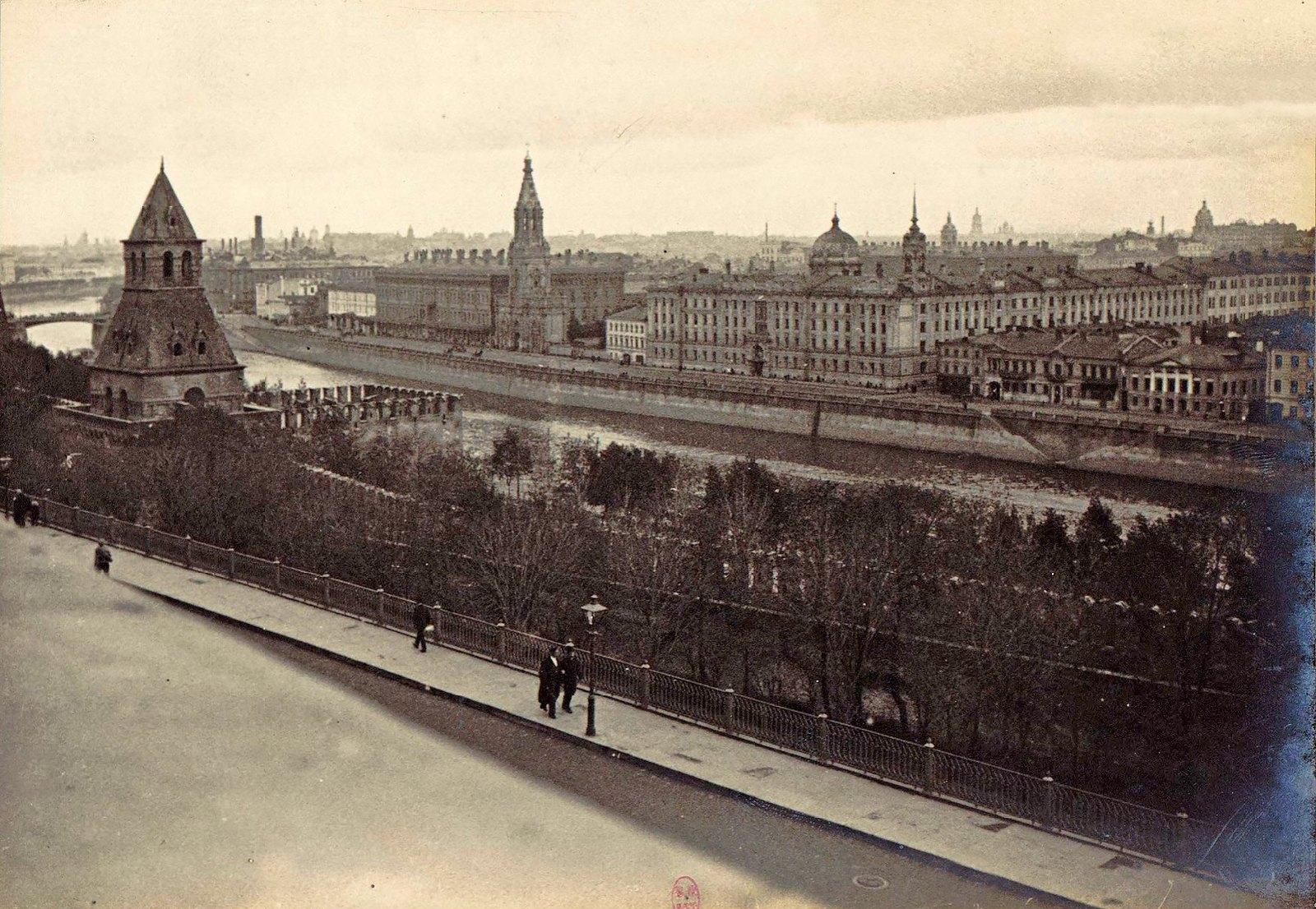 Вид из Кремля на Софийскую набережную