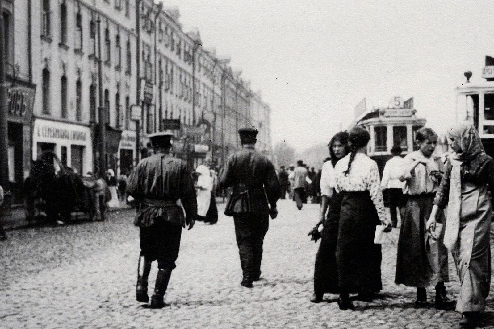 Активное движение на пересечении Сретенки с Малой Сухаревской площадью. Трамваи 5 и 17.1915