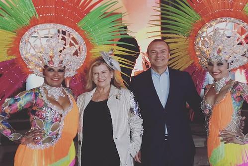 Dos componentes de la Comparsa Aragüimé, en una imagen de archivo, con el Alcalde de Las Palmas de Gran Canaria, Augusto Hidalgo, y la edil responsable del Carnaval, Inmaculada Medina