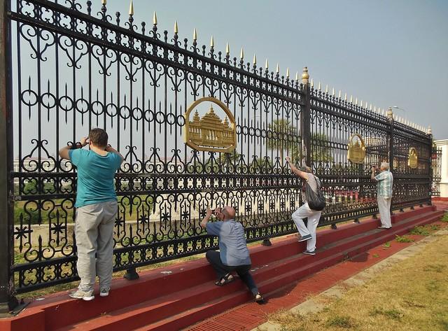 MYANMAR ,Burma - Naypyidaw /Hauptstadt -futuristisch auch die Straßen und das gewaltige Parlamentsgebäude, wir hängen am Zaun wie die Affen. 78194/13419
