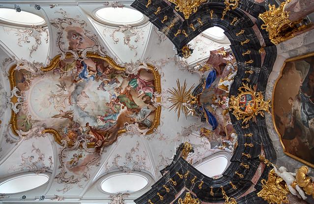 Blick nach oben in der Abteikirche Amorbach