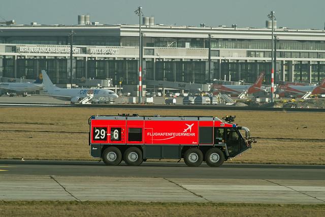 Flughafenfeuerwehr Fahrzeug 29-6 25.2.2021 BER