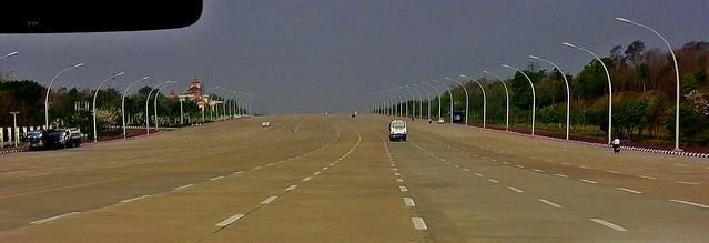 MYANMAR ,Burma - Naypyidaw /Hauptstadt -futuristisch auch die Straßen und das gewaltige Parlamentsgebäude , Straßen ohne Verkehr , für die Zukunft gebaut ?,  78196/13421