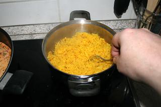 46 - Loosen rice with fork / Reis mit Gabel auflockern