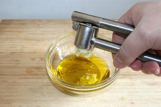 02 - Squeeze garlic / Knoblauchzehen dazu pressen