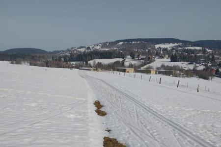 Lyžování na jarním sněhu na většině hor