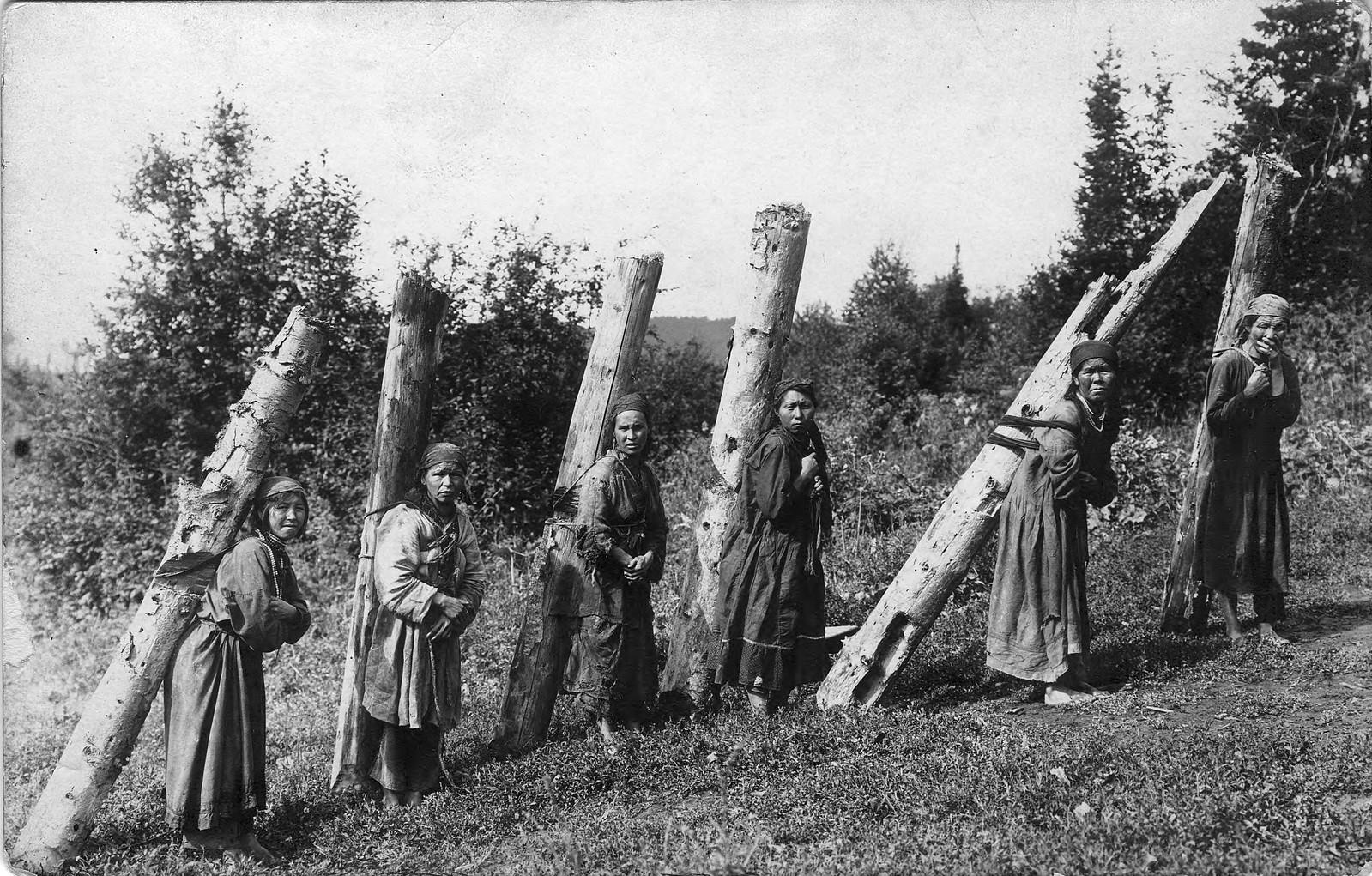 Женщины на заготовке дров.