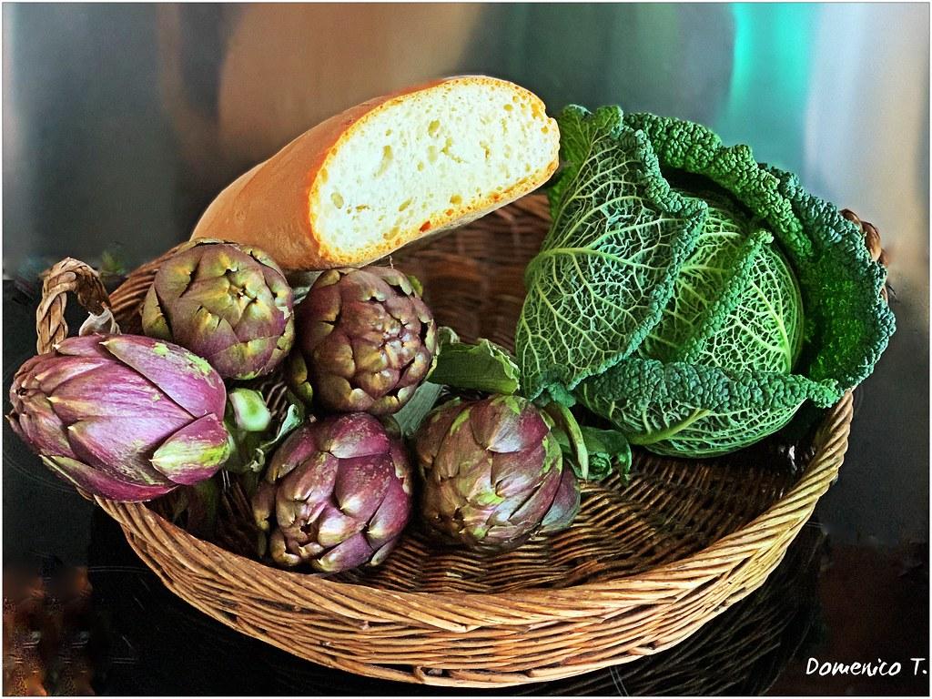 Cesta con pane e verdura - Basket with bread and vegetables