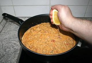 48 - Add lemon juice / Zitronensaft in Sauce geben
