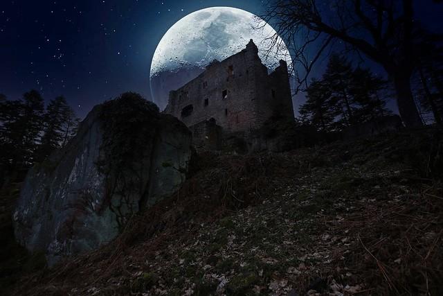 Soir de pleine lune sur le chateau du Château du Birkenfels