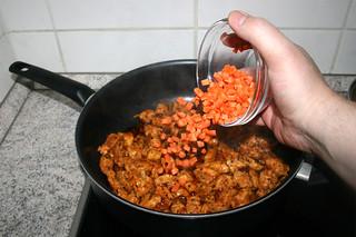 36 - Put diced carrot in pan / Möhrenwürfel in Pfanne geben