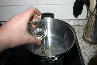 28 - Heat oil in pot / Öl in Topf erhitzen