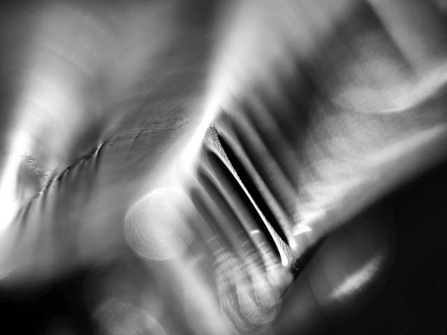 Abstrakt Blues Harp – Dutch Angle – Industrie Produkt Schwarz Weiß Makro Kunst Fotografie.
