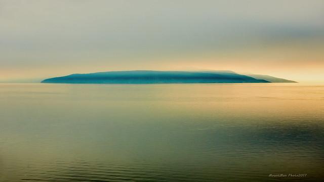 Zalazak na Tramontani na otoku Cresu u tmurnom i maglenom danu