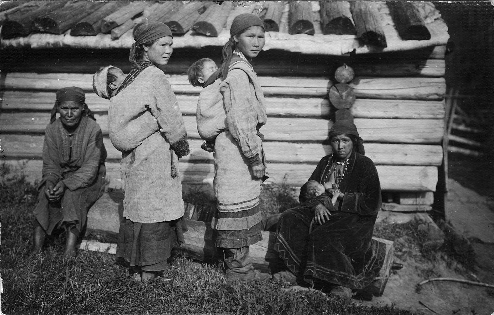 Шорские молодые женщины с детьми. Способ ношения маленьких детей матерями