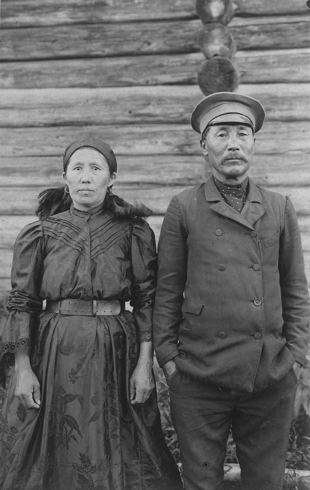 Шорская семья - муж с женой в одежде городского типа. Под местной русской культуры традиционную одежду шорцев сменяет городской тип одежды