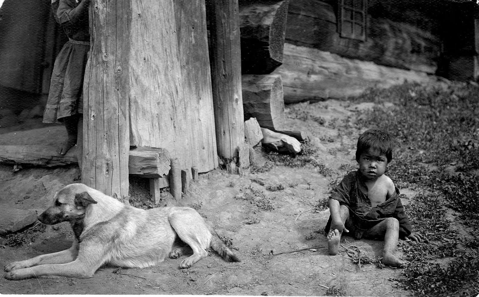 Ребенок с собакой у юрты