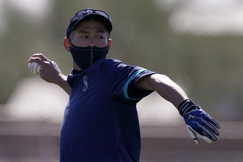 鈴木一朗在水手年輕球員打擊練習時幫忙餵球。(達志影像)