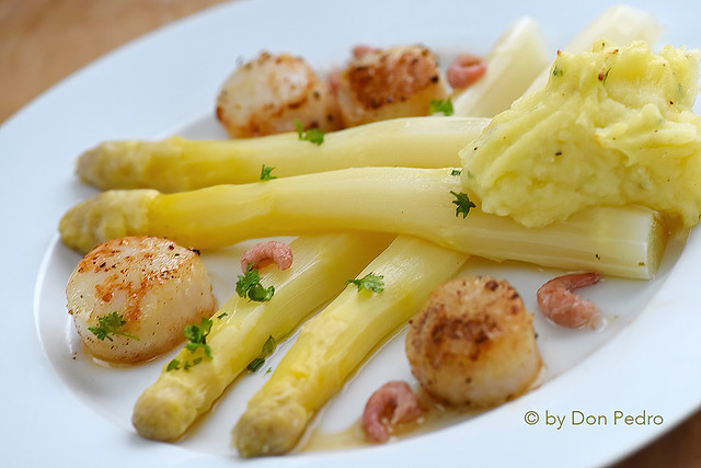 asperges met coquilles en kruidenpuree