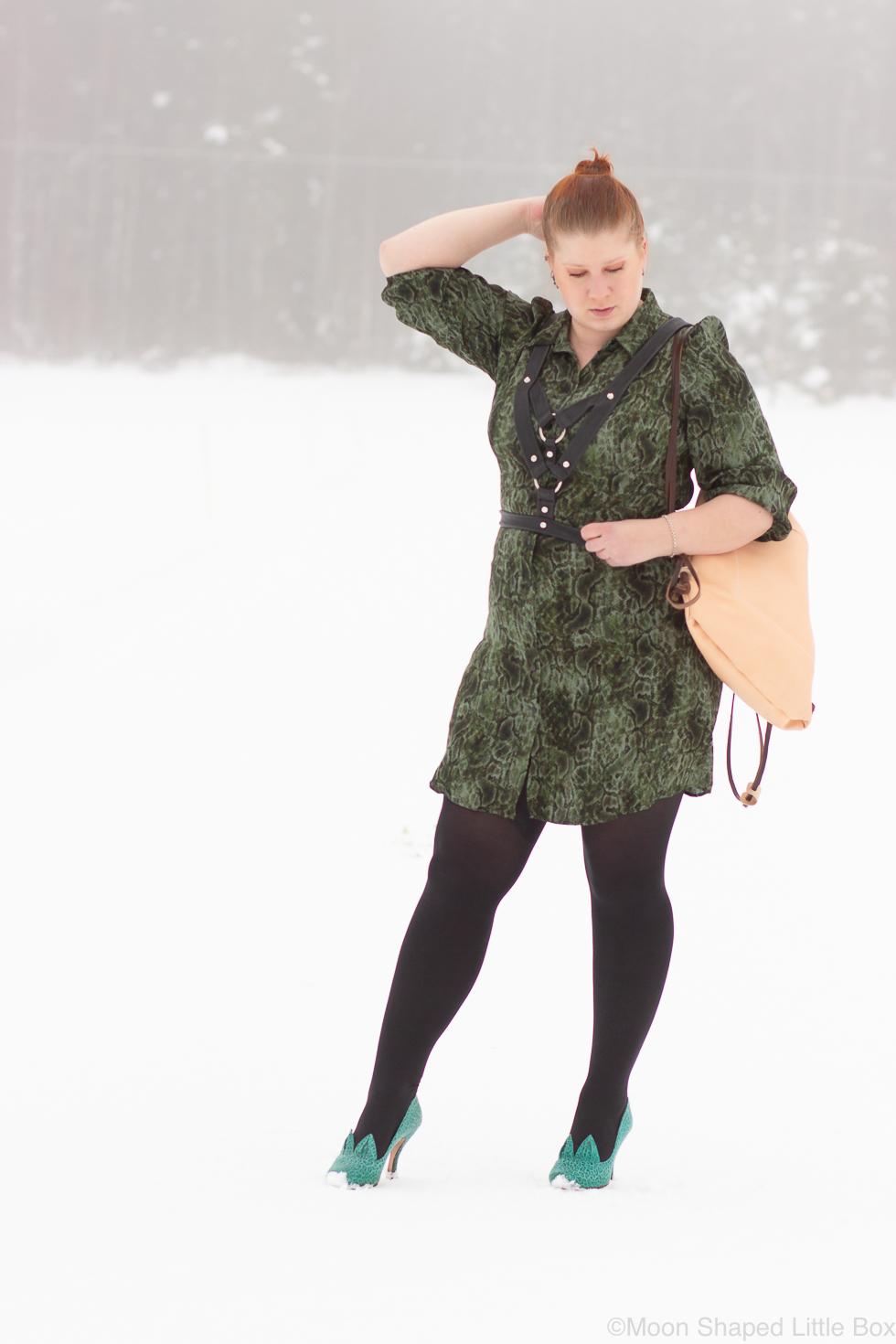 kaarmekuvioinen-vihrea-mekko