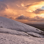 5. Jaanuar 2021 - 16:26 - There was less than an hour of daylight left as I descended Murton Pike. The wind was still very cutting as a brief window of warming light appeared. The next whiteout was sweeping in from the left.