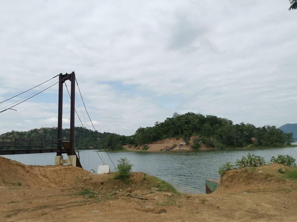 สะพานแขวนเขื่อนแก่งกระจาน ซึ่งเป็นตำแหน่งที่พบถังน้ำมันซึ่งมีชิ้นส่วนกระดูกของบิลลี่