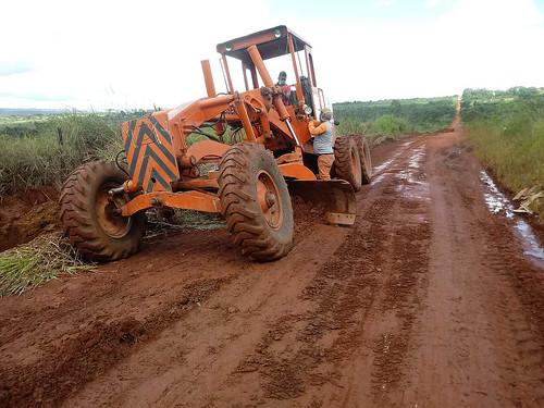 De olho na mobilidade, equipes recuperam estradas rurais