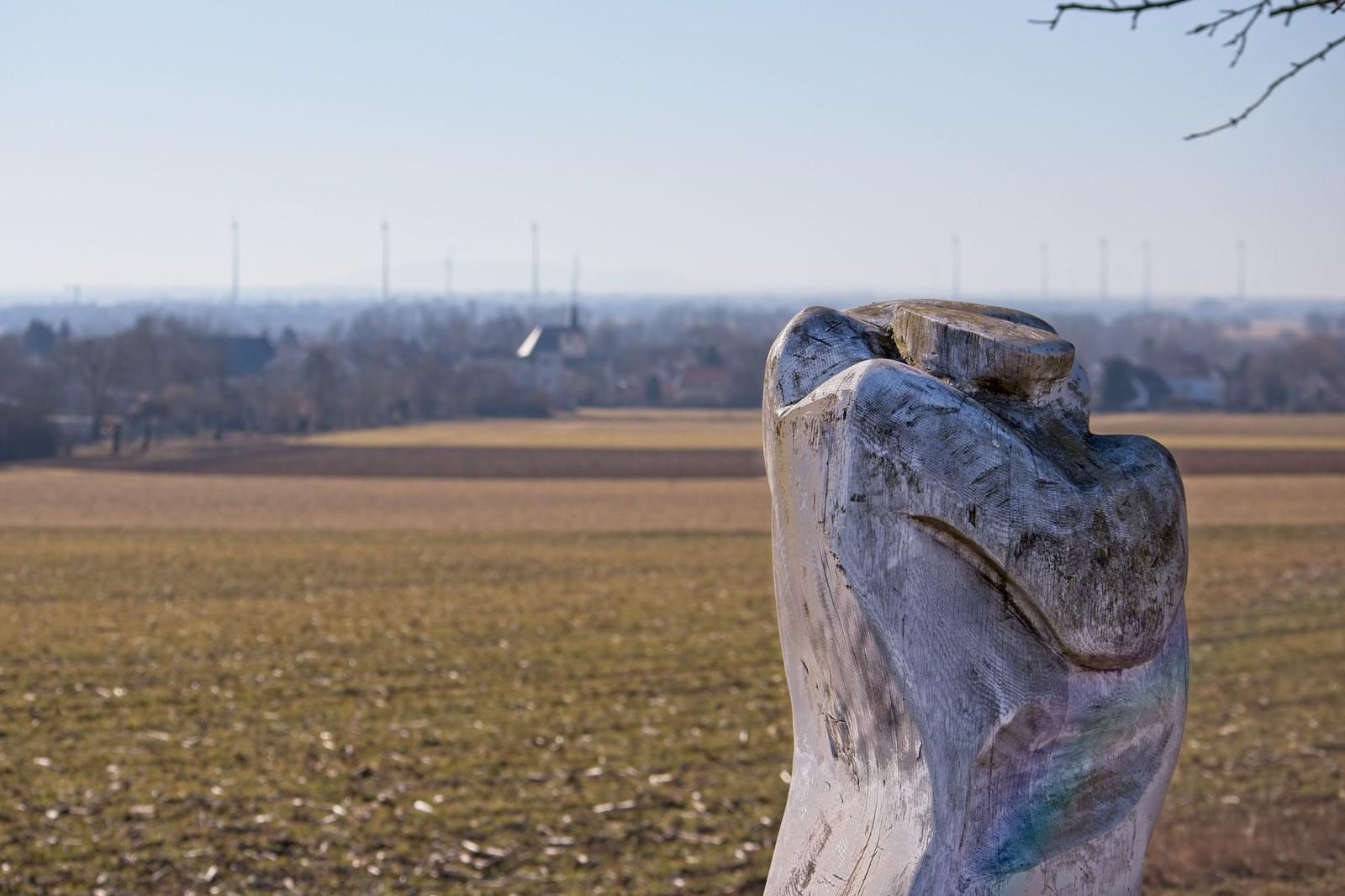 """Skulptur """"Fernab"""" am Fuß- und Radweg (""""Amiche"""") zwischen Mommenheim und Selzen"""