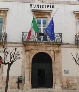 Bandiere a mezz'asta a Palazzo di Città