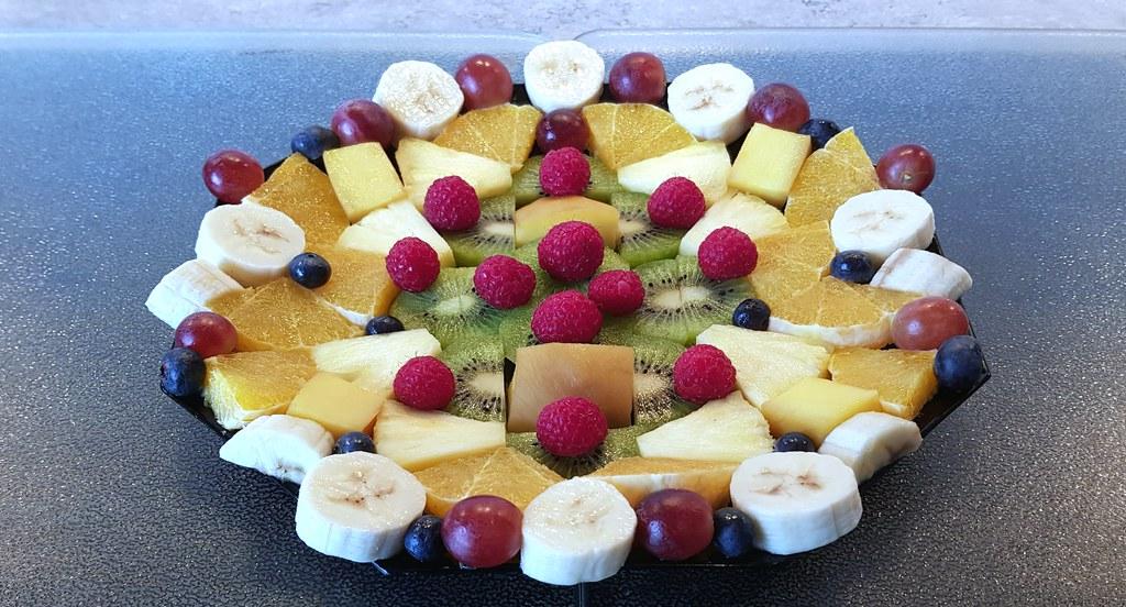 20210227 Früchtestücke auf schwarzem achteckigem Teller / Pieces of fruit on a black octagonal plate