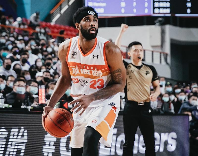 [新聞] 「宅男打籃球」吸金55萬 聯名球衣、撲克牌熱銷