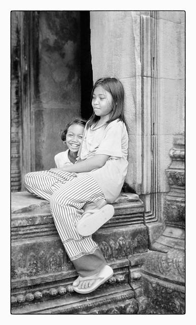 Le sourire des jeunes filles dans les ruines d'Angkor
