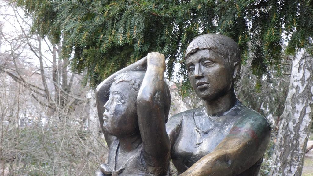 1963 Berlin-O. Detail Geschwister von Christa Sammler Bronze Volkspark am Weinbergsweg Veteranenstraße/Brunnenstraße in 10119 Mitte