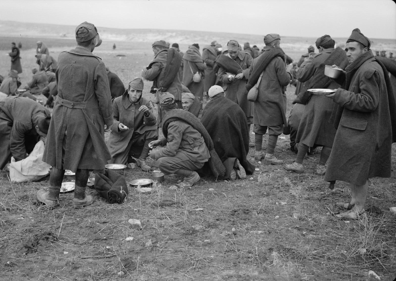 27. Итальянские пленные обедают на станции Вади Сарар