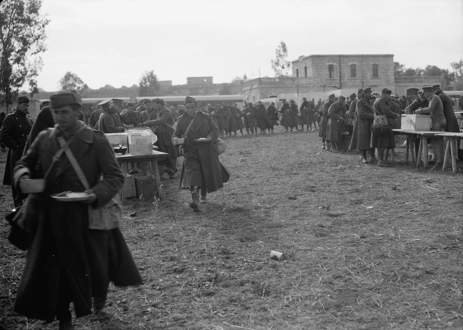 23. Итальянские пленные получают обед на станции Вади Сарар