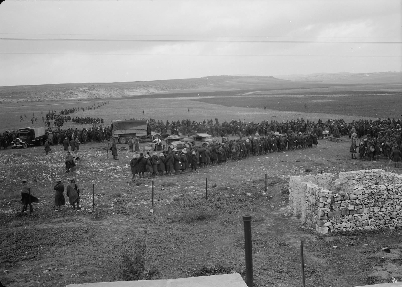 19. Панорама итальянских пленных в очереди за обедом на станции Вади Сарар